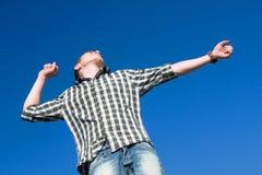 Homem que estica ao ar livre Fotografia de Stock