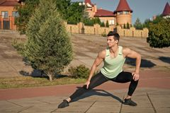 Homem que estica e que aquece os músculos antes do exercício imagens de stock