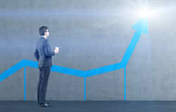 Homem que examina o gráfico azul Imagem de Stock