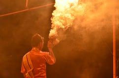 Homem que executa com o fumo em Aarti Ceremony no Ganges River em Varanasi, Índia Foto de Stock
