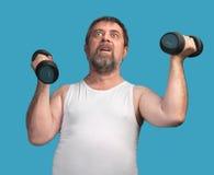 Homem que exercita com dumbbells Imagem de Stock Royalty Free