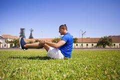 Homem que exercita com situps Imagens de Stock Royalty Free