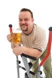 Homem que exercita com uma cerveja Imagens de Stock Royalty Free