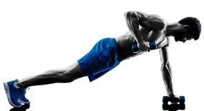 Homem que exercita exercícios da posição da prancha da aptidão imagens de stock