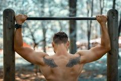 Homem que exercita fora no parque imagens de stock royalty free