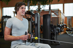 Homem que exercita na máquina do cabo Fotografia de Stock Royalty Free