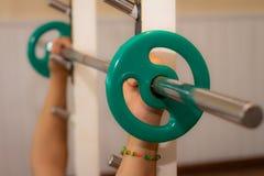 Homem que exercita no gym Conceito dos cuidados m?dicos foto de stock royalty free
