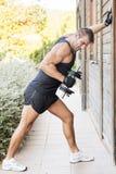 Homem que exercita os pesos exteriores. fotografia de stock royalty free