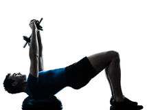 Homem que exercita a postura da aptidão do exercício do treinamento do peso do bosu fotos de stock