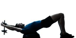 Homem que exercita a postura da aptidão do exercício do treinamento do peso do bosu fotografia de stock