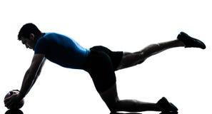 Homem que exercita a postura da esfera da aptidão do exercício Fotos de Stock