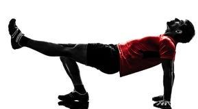 Homem que exercita a silhueta da posição da prancha do exercício da aptidão Imagens de Stock