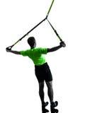 Homem que exercita a silhueta do trx do treinamento da suspensão Imagens de Stock