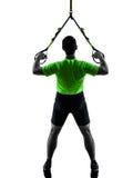 Homem que exercita a silhueta do trx do treinamento da suspensão Fotografia de Stock Royalty Free