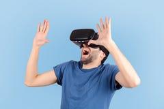 Homem que experimenta a realidade virtual imagem de stock royalty free