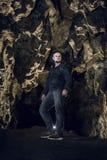Homem que explora a caverna enorme Os viajantes da aventura vestiram o casaco de cabedal extremo, passatempo do perigo, rota do t fotos de stock