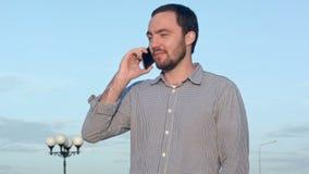 Homem que fala em um telefone de pilha vídeos de arquivo