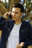 Homem que fala em um telefone de pilha Imagem de Stock Royalty Free
