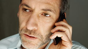Homem que fala no celular Fotografia de Stock
