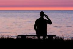 Homem que fala no smartphone Fotografia de Stock Royalty Free