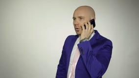 Homem que fala no telefone vídeos de arquivo