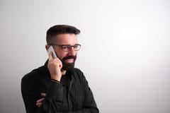 Homem que fala no telefone foto de stock