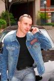 Homem que fala no telefone de pilha Fotos de Stock Royalty Free