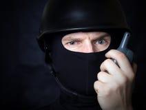 Homem que fala pelo rádio do Walkietalkie foto de stock