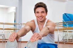 Homem que faz esticando exercícios no Gym Foto de Stock Royalty Free