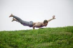 Homem que faz exercícios da ioga no parque foto de stock royalty free