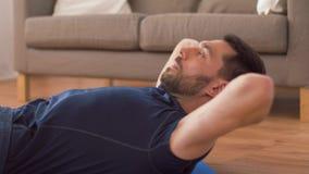 Homem que faz exerc?cios abdominais em casa filme
