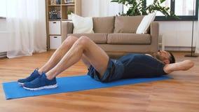 Homem que faz exerc?cios abdominais em casa vídeos de arquivo