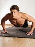 Homem que faz flexões de braço Imagens de Stock