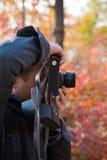 Homem que faz a foto com câmera antiquado imagens de stock