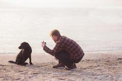 homem que faz a foto de seu cão Foto de Stock Royalty Free