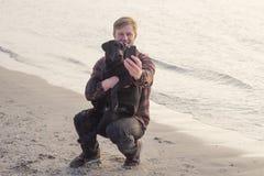 homem que faz a foto de seu cão Imagens de Stock Royalty Free