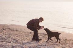 homem que faz a foto de seu cão Foto de Stock