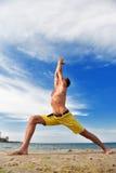 Homem que faz a ioga Imagens de Stock Royalty Free