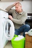 Homem que faz a lavanderia Fotografia de Stock