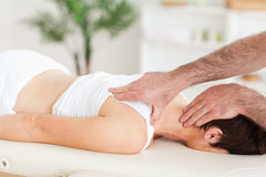 Homem que faz massagens a garganta de uma mulher Foto de Stock Royalty Free