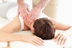 Homem que faz massagens a garganta de uma mulher Imagens de Stock