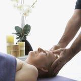 Homem que faz massagens a mulher. imagens de stock royalty free