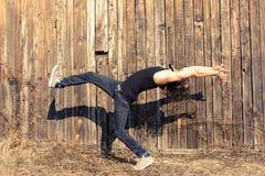 Homem que faz movimentos do dancehall Fotografia de Stock