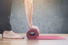 Homem que faz o exercício da ioga foto de stock
