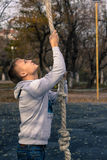 Homem que faz o exercício de escalada da aptidão da corda imagens de stock