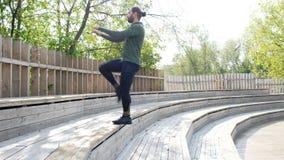 homem que faz o exercício no parque Homem da aptidão que faz os pontapés exteriores Exercício apto do menino no parque do verão E filme