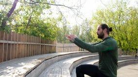 homem que faz o exercício no parque Homem da aptidão que faz os pontapés exteriores Exercício apto do menino no parque do verão E video estoque