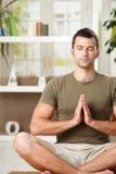 Homem que faz o exercício da ioga Fotos de Stock Royalty Free
