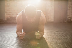 Homem que faz o exercício da prancha Fotografia de Stock Royalty Free