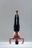 Homem que faz o headstand Imagem de Stock